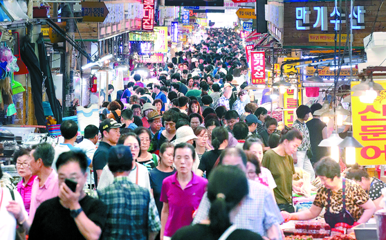 추석 연휴를 하루 앞둔 11일 차례상에 올릴 과일 등 제수용품을 구입하기 위한 시민들로 부산 부산진구 부전시장 거리가 북적이고 있다. [뉴스1]