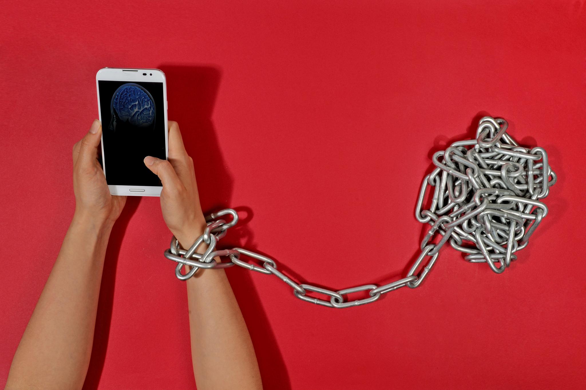 스마트폰만 들여다보고 대화가 단절된 부모 자녀들이 많다. [중앙DB]