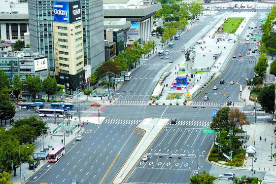 평상시 차들로 가득 찼던 서울 광화문광장 앞 세종대로는 지난해 추석 연휴기간이었던 9월 23일 오전 한산한 모습을 보였다. [뉴스1]