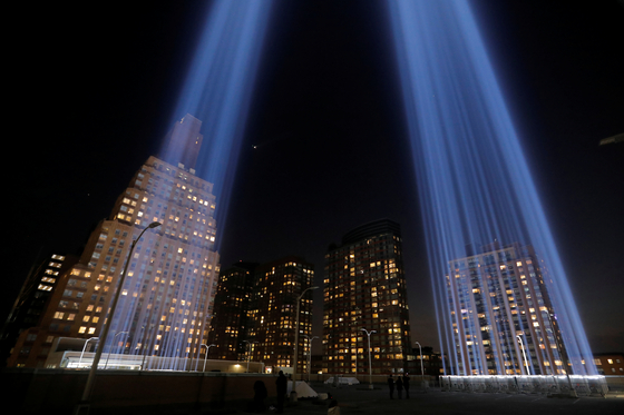 지난 10일(현지시간) 미국 뉴욕 그라운드 제로에서 9·11 테러로 무너진 쌍둥이 빌딩을 상징하는 광선이 밤하늘을 비추고 있다. [로이터=연합뉴스]
