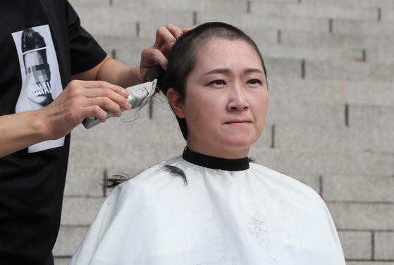 이언주(무소속) 의원이 10일 서울 여의도 국회 본청 계단에서 삭발식을 하고 있다. [뉴스1]