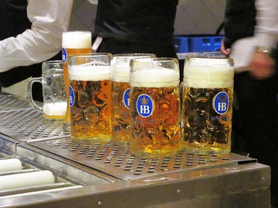 맥주를 마시다보니 주변 사람들과도 쉽게 친구가 될 것만 같은 자신감이 생겼다. [사진 wikimedia commons]