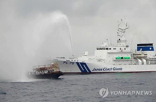 불법 조업한다는 이유로 북한 어선에 물대포를 쏘는 일본 순시선. [연합뉴스]