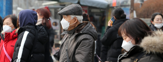 미세먼지가 기승을 부린 지난 1월 14일, 마스크를 착용한 시민들이 서울 세브란스 병원 앞 횡단보도에서 보행신호를 기다리고 있다. [뉴스1]