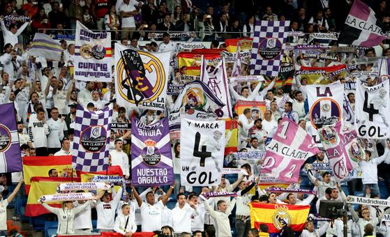 지난 3월 FC 바르셀로나와 '엘 클라시코' 경기에서 응원하는 레알 마드리드 팬들. [로이터=연합뉴스]