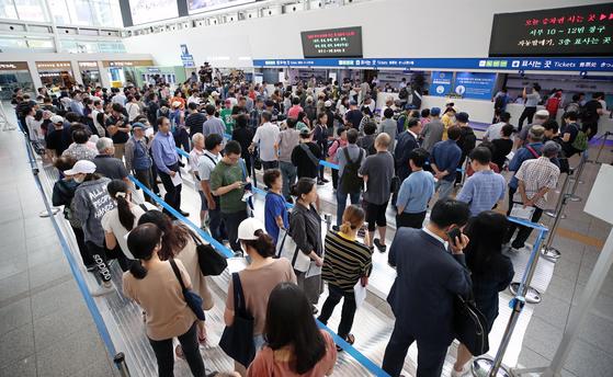 지난해 8월 추석 기차표 예매가 시작되자 시민들이 서울역에서 승차권을 구매하기 위해 줄지어 서 있다. [연합뉴스]