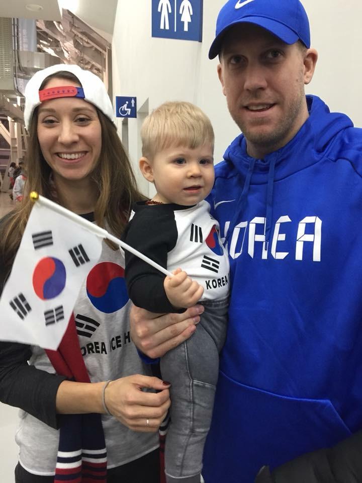 한국남자아이스하키 대표팀의 든든한 수문장 맷 달튼(오른쪽)과 그의 아내, 아들. [사진 맷 달튼]