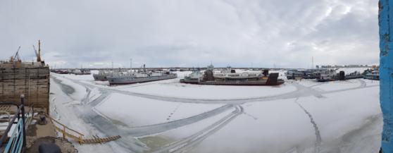 4월이지만 얼어붙은 야쿠츠크 레나강변에 있는 항구. 폭이 수km에 달해 마치 바다항구처럼 보인다. [사진 한국해양수산개발원]