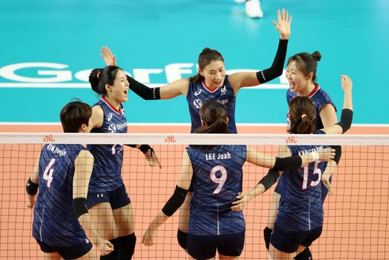지난 6월 보령에서 열린 VNL에 출전했던 여자배구대표팀. 세터 이다영(왼쪽 둘째)이 3개월 만에 월드컵을 위해 합류했다. [연합뉴스]