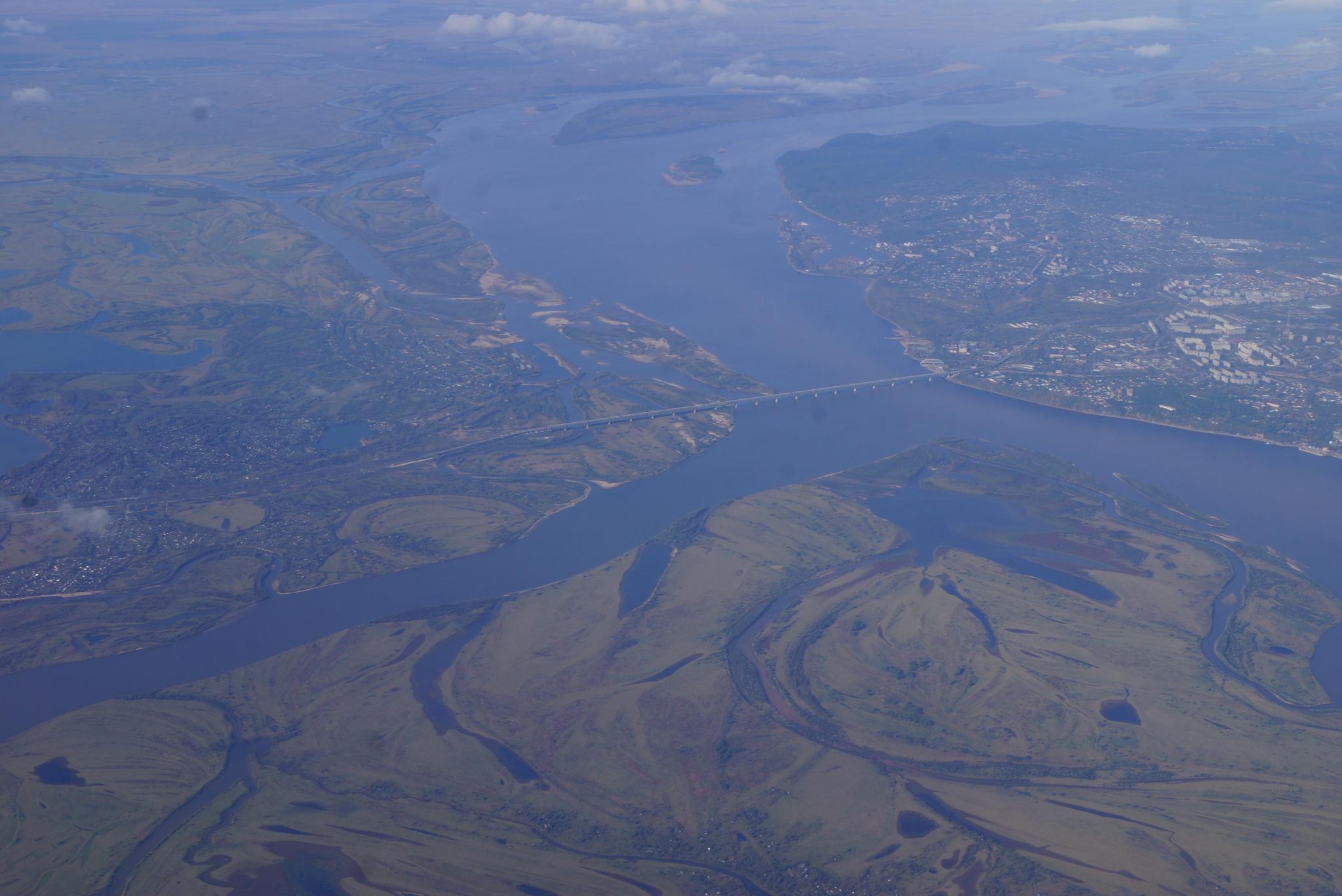 극동 러시아 지역의 젖줄 아무르강. 서쪽에서 흘러온 아무르강은 하바롭스크에서 남쪽에서 흘러온 우쑤리강(왼쪽 아래)과 만난 뒤 크게 방향을 틀어 북동쪽(사진 오른쪽)으로 흘러간다. 강찬수 기자