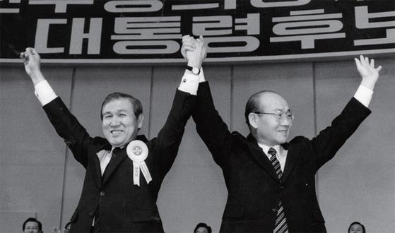 1987년 6월 10일 민정당 대통령 후보 지명대회에서 당시 전두환 대통령이 노태우 민정당 대통령 후보의 손을 치켜들고 환호하고 있다.