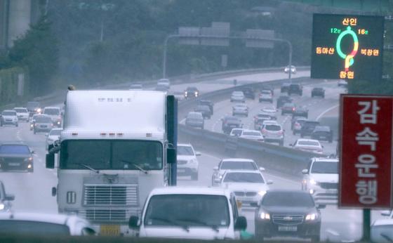 추석 연휴 첫날인 지난 12일 남해고속도로에서 비가 내리는 가운데 차량이 달리고 있다. 14일에는 서울과 경기, 강원영서 북부에, 15일에는 충청과 호남에도 가끔 비가 내리겠다. [연합뉴스]