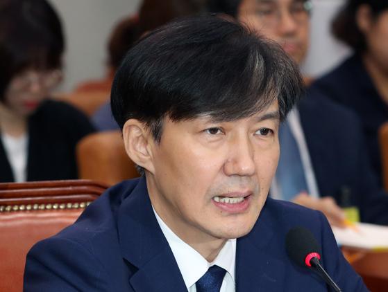 지난 6일 조국 법무부장관 후보자가 서울 여의도 국회에서 열린 인사청문회에서 의원 질의에 답변하고 있다. [뉴스1]