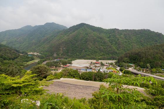 나는 강원도 산골이 고향인 고등학교 친구가 많다. 사진은 강원도 홍천의 살둔마을. [중앙포토]