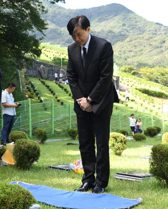 조국 법무부 장관이 14일 오전 부산 기장군 부산추모공원에 안장된 고 김홍영 전 검사 묘소에 참배하고 있다. 이날 조 장관의 5촌조카인 조모(36)씨는 인천국제공항에서 체포돼 검찰 조사를 받고 있다. 송봉근 기자
