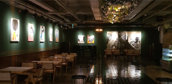 역삼동의 카페. 강렬한 색채의 작품들이 전시되어 있다. [사진 박보미]