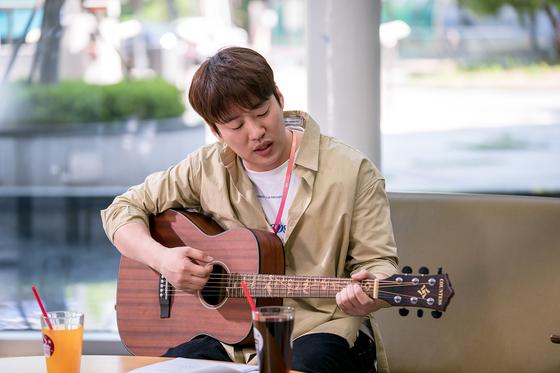 드라마 '멜로가 체질'의 안재홍. 기타를 치고 노래하며 의외의 '심쿵' 포인트를 선보였다. [사진 JTBC]