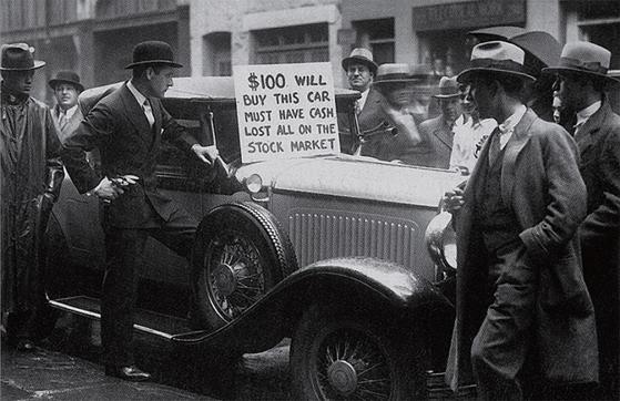 '주식투자로 망해 이 고급차를 단돈 100달러에 팝니다' 1929년 대공황 직후 뉴욕의 한 신사가 이런 문구를 써붙이고 거리에서 자신의 승용차를 팔고 있다.