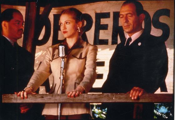 영화 '에비타'에서 '아르헨티나여, 나를 위해 울지마오'를 부른 마돈나. [사진 에비타 스틸]