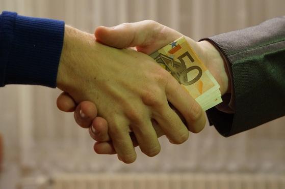 가족간 돈 거래도 과세 대상이 된다. 증여가 아닌 빌린 돈임을 증명하려면 차용증에 연 4.6% 이자를 지불해야 한다. [사진 pixabay]