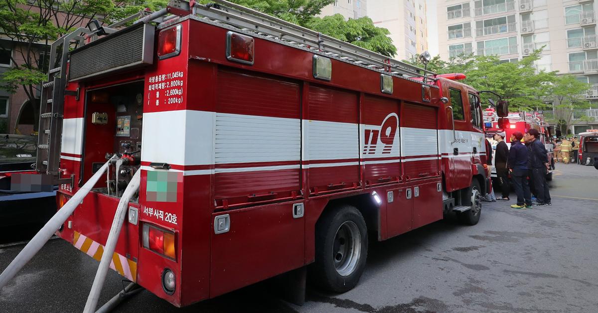 13일 오전 서울 송파구 잠실동의 한 아파트에서 화재가 발생했다. 사진은 이 화재와 관계 없음. [연합뉴스]