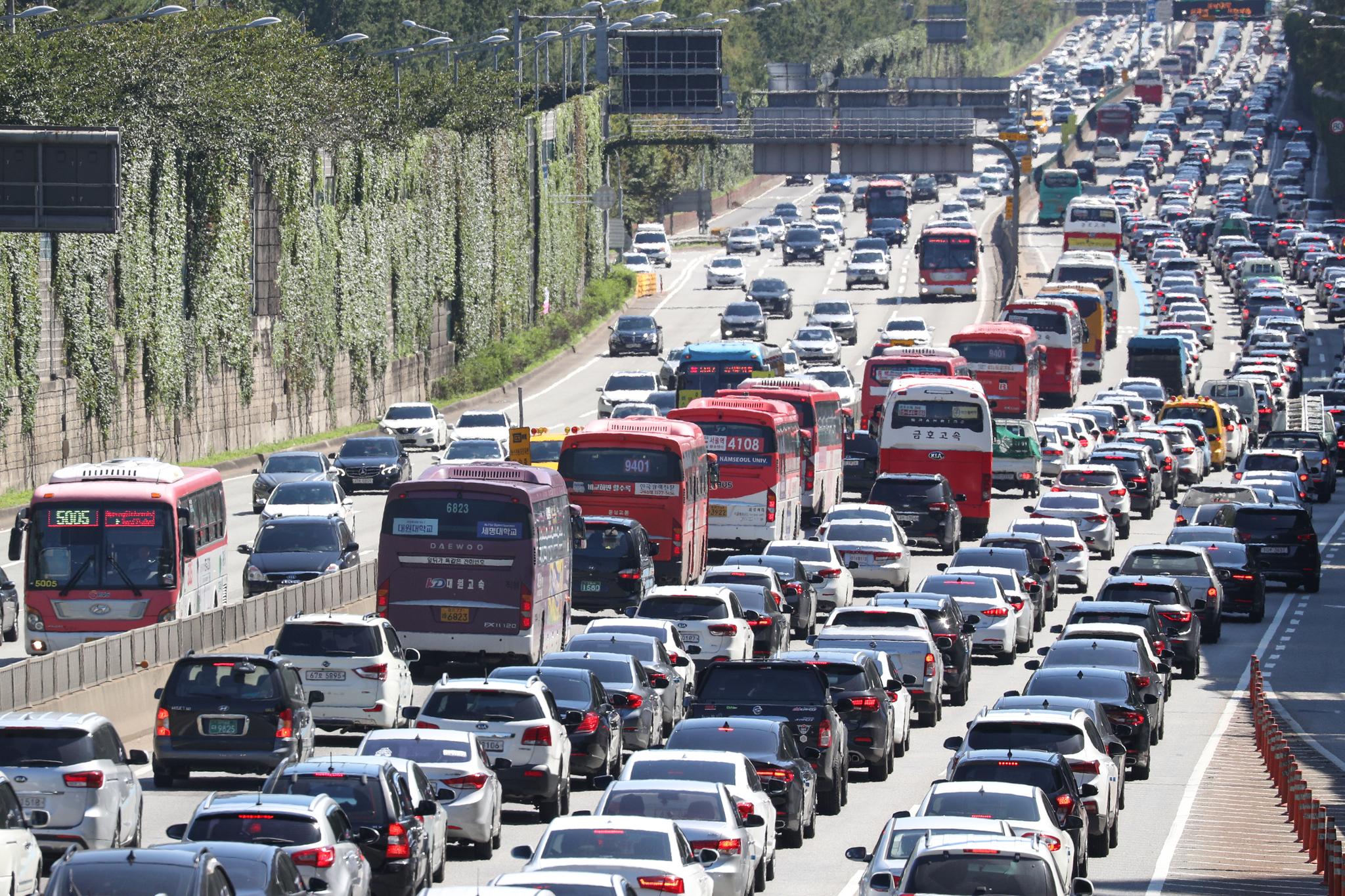 13일 서울 서초구 경부고속도로 잠원IC 부근 상하행선이 정체를 빚으며 차량들이 서행하고 있다. [뉴스1]