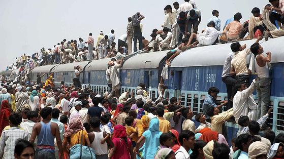 뭄바이 등 인도 대도시는 노후한 열차에 매달려 이동하려는 승객들이 몰려 크고 작은 사고가 끊이질 않는다. [사진 힌두스탄타임즈]