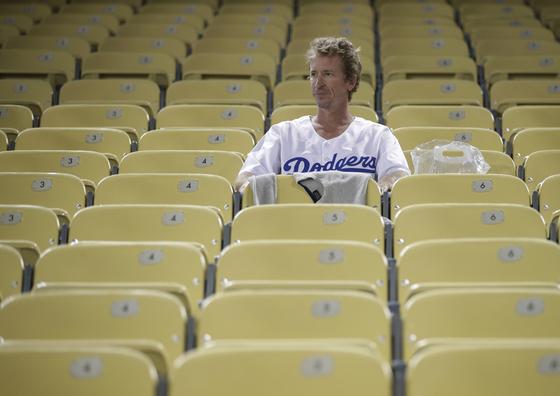 지난해 월드시리즈에서 보스턴 레드삭스에 우승을 내준 뒤 자리를 떠나지 못하는 LA 다저스 팬. 올해는 다저스가 우승에 대한 갈증을 해결할 수 있을까. [AP=연합뉴스]