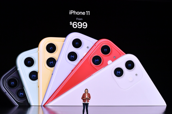지난 10일 애플이 캘리포니아 주 쿠퍼티노에 있는 스티브잡스 극장에서 진행된 '스페셜 이벤트'에서 신작 아이폰11 가격을 699달러(약 83만원)으로 공개하고 있다. [연합뉴스]
