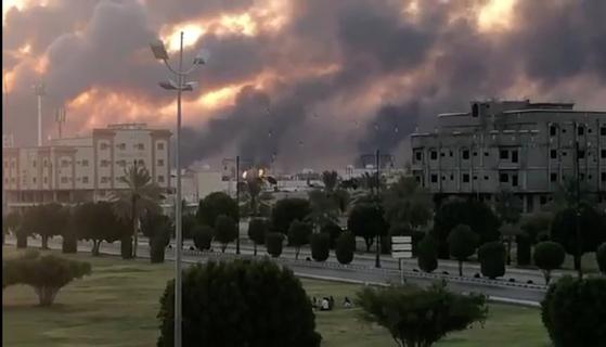 14일 사우디아라비아 아브카이크의 아람코 공장이 불길과 연기로 뒤덮여 있다. [로이터=연합뉴스]