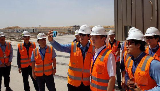 이재용 부회장이 사우디 리야드 지하철 공사장을 찾아 현지에서 근무하는 삼성물산 직원과 셀카를 찍고 있다. [사진 삼성전자]