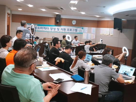 지난 2일 경기도일자리재단이 주관한 '4060 재취업 지원 사업' 중 셀프마케터 양성 교육이 진행됐다. 참가자들이 유튜버용 기기를 활용해 실습을 하고 있다. 이가영 기자