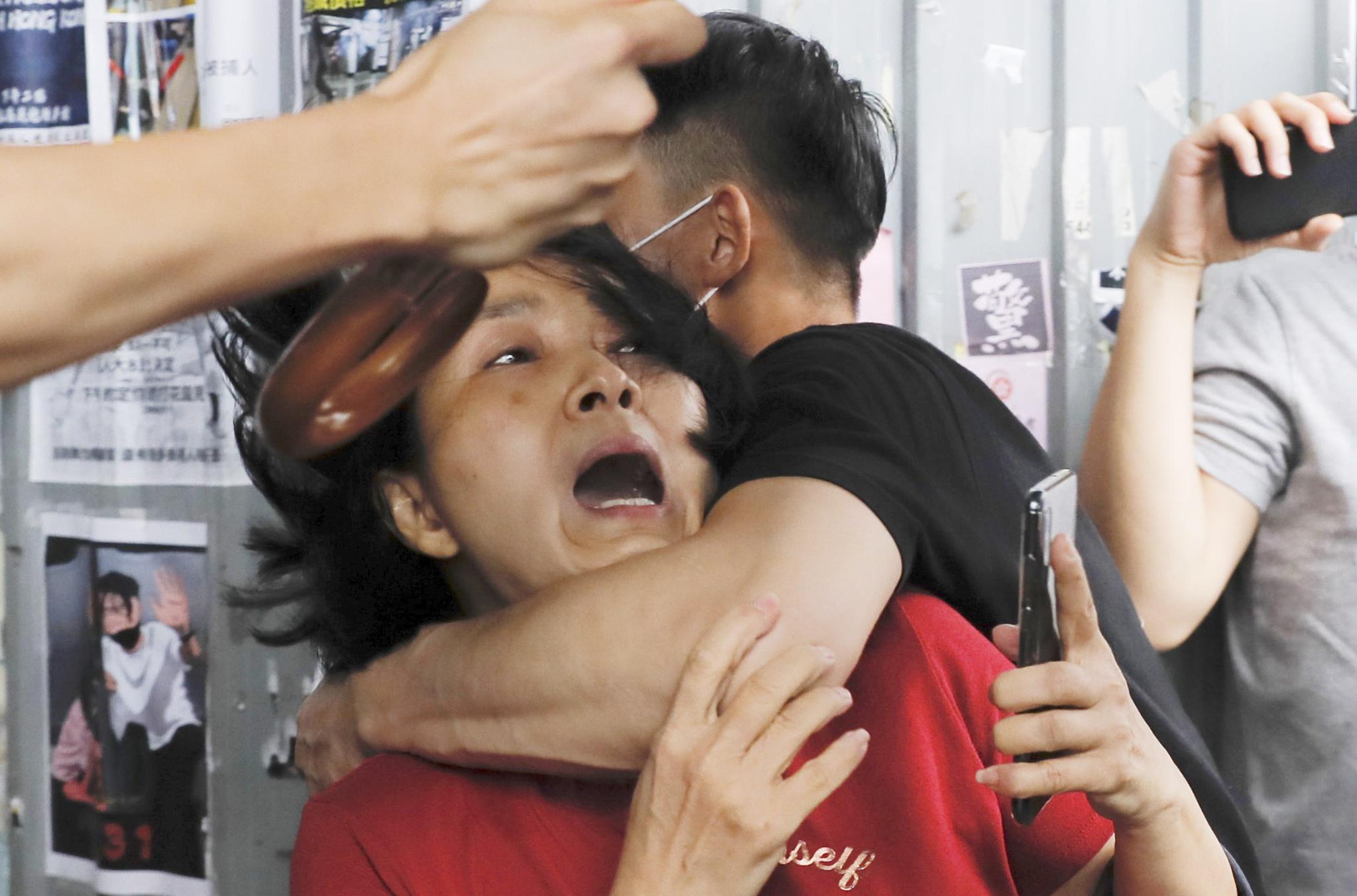친중, 반중 시위대가 14일(현지시간) 홍콩 가오룽 베이 한 쇼핑몰에서 시위 도중 충돌, 격렬한 몸싸움을 벌이고 있다. [AP=연합뉴스]