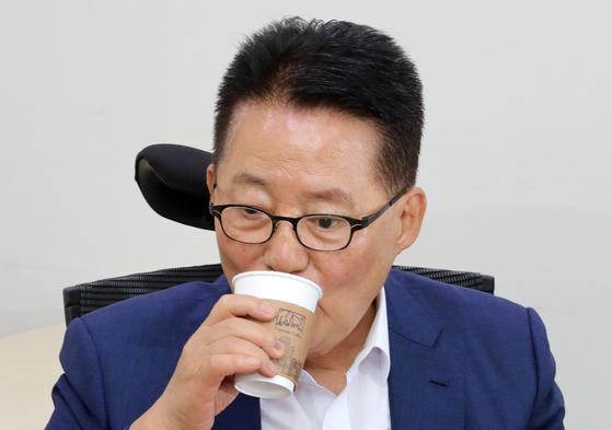 박지원 의원이 9일 서울 여의도 국회에서 열린 대안정치연대 제3차 국회의원·창당준비기획단 연석회의에 참석해 커피를 마시며 생각에 잠겨 있다. [뉴스1]