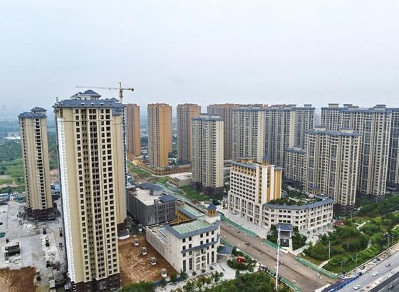 중국 베이징·상하이 등 105대 도시 평균 토지가격이 최근 10년간 연평균 5.8% 상승한 것으로 나타났다. 사진은 허페이성 스자좡시의 고층 아파트 단지 모습. [사진 중앙포토]