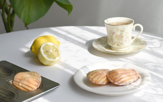 마들렌과 따뜻한 차 한잔. 행복한 기억의 한 순간을 채우기에 부족함이 없지요. [사진 밀로베이킹스튜디오]