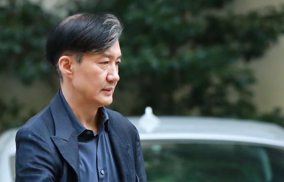 조국 법무부 장관이 15일 오후 서울 서초구 방배동 자택에서 외출하기 위해 나서고 있다. [연합뉴스]