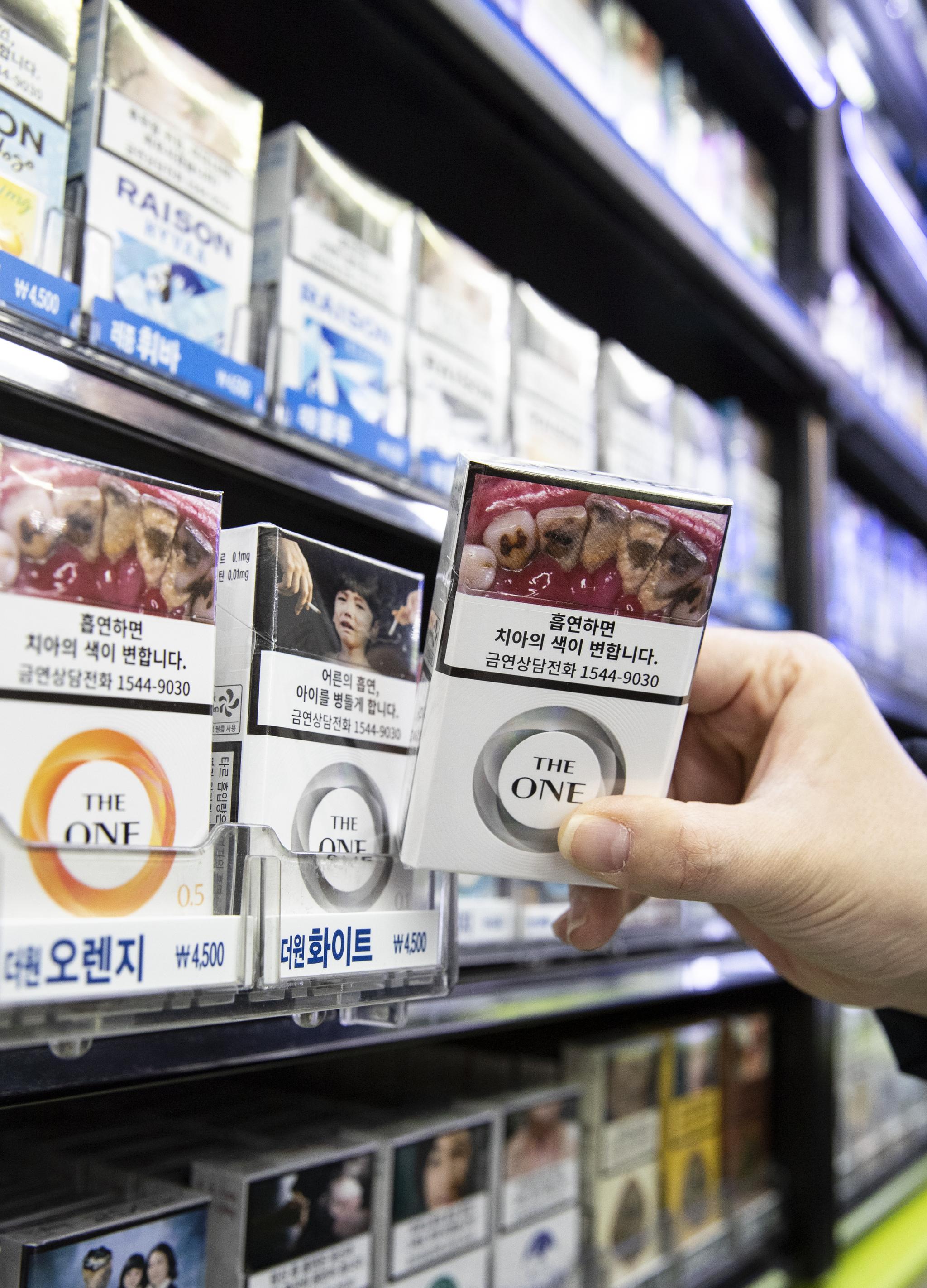 서울의 한 편의점에서 흡연의 위험성을 알리는 경고그림이 부착된 상태로 판매중인 담뱃갑. [연합뉴스]