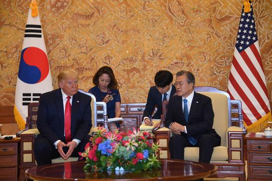 문재인 대통령과 도널드 트럼프 미국 대통령이 30일 청와대에서 열린 소인수 정상회담을 하고 있다. 청와대사진기자단