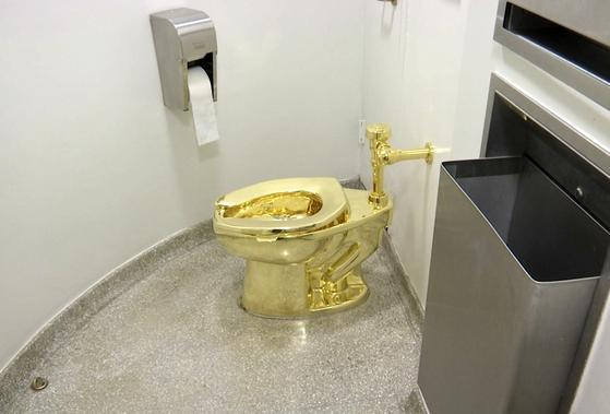 블레넘궁에 설치된 황금 변기의 모습. [AP=연합뉴스]