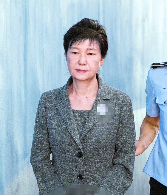 2017년 8월 공판에 출석하기 위해 법정을 가고 있는 박근혜 전 대통령. [뉴스1]