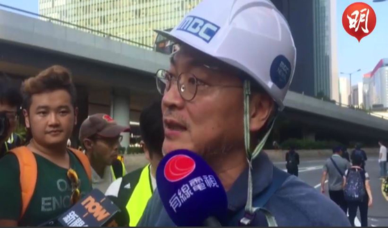 15일 홍콩 시위 현장에서 홍콩 언론과 인터뷰하고 있는 배우 김의성.[명보 캡처]