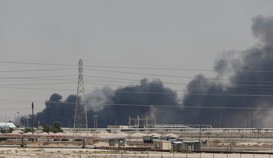 14일(현지시간) 사우디아라비아 동부 해안 아브카이크의 아람코 주요 시설이 예멘 반군의 드론 공격을 받은 뒤 연기를 내며 불타고 있다. [로이터=연합뉴스]
