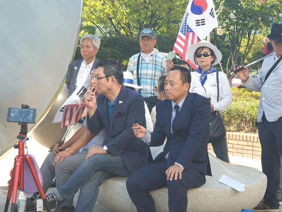 박근혜 정부 초기 대변인이었던 윤창중 전 대변인이 16일 박근혜 전 대통령이 입원한 서울성모병원 앞에서 유튜브 방송을 진행하고 있다. 이가영 기자