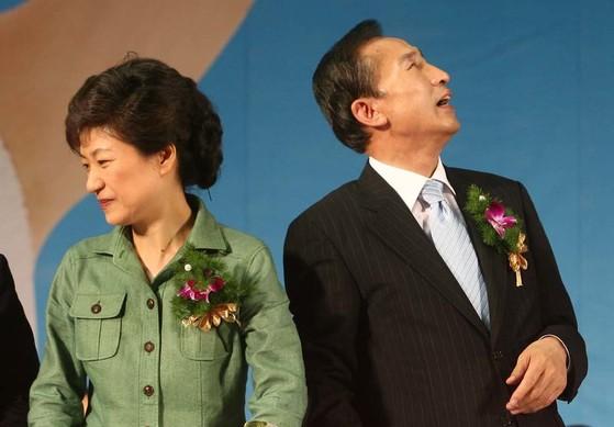 이명박 경선후보, 박근혜 경선후보 등 한나라당 경선후보들이 2007년 7월 20일 서울 올림픽공원에서 열린 `장애인 비전 전진대회에 참석했다. [중앙포토]