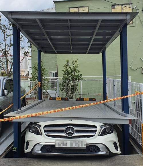 기계식주차장 운반기에 파손된 벤츠. [사진 부산경찰청=연합뉴스]