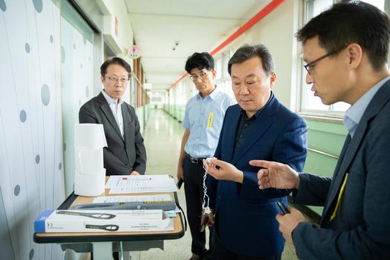 황서종 인사혁신처장(오른쪽에서 둘째)이 지난달 17일 2019년 국가공무원 7급 공채 필기시험이 치러지고 있는 서울의 한 시험장을 방문해 시험 집행 과정을 살피고 있다. [사진 인사혁신처]