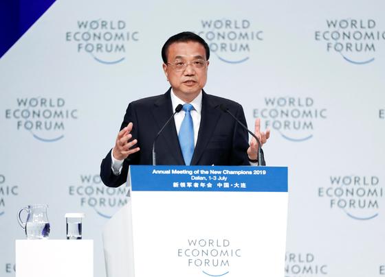 리커창 중국 총리가 7월 2일 랴오닝성 다롄에서 열린 다보스 하계포럼 개막식에서 연설을 하고 있다. [로이터=연합뉴스]