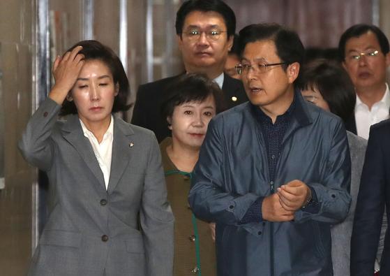자유한국당 황교안 대표(오른쪽)가 16일 국회에서 열린 최고위원회의에 참석하면서 점퍼 소매를 걷어 붙이고 있다. 왼쪽은 나경원 원내대표. 오종택 기자
