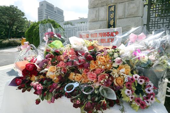 15일 검찰을 응원하는 시민들이 대검찰청 앞에 갖다 놓은 꽃다발. 최정동 기자